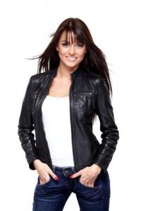 Schwarze Lederjacke mit weißem Top und Bluejeans kombiniert