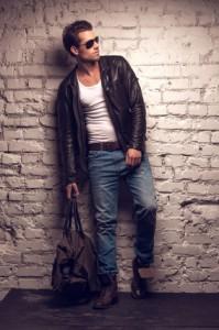 Schwarze Lederjacke mit Jeans kombiniert und weißem Shirt