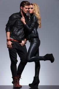 Schwarze Lederjacke mit schwarzer Hose kombiniert