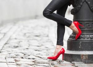 sexy lederhose zu roten schuhen