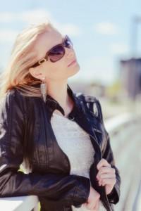 Lederjacke schwarz und weiße Bluse