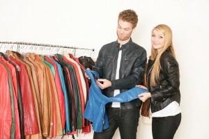Pärchen bei der Suche nach der richtigen Farbe für eine Lederjacke